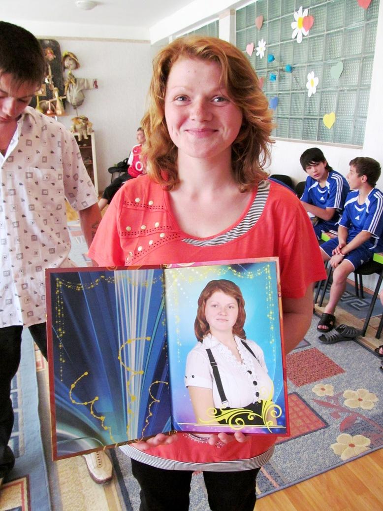anya-aleschenko-with-graduation-album-a-gift-from-dniprokids