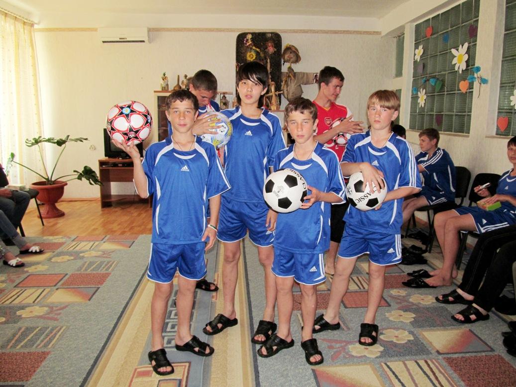 nikita-tokarchuk-ruslan-gerasimov-vasya-gorodetskyi-sasha-libenko-kiril-tokarchuk-with-new-balls-and-slippers-2