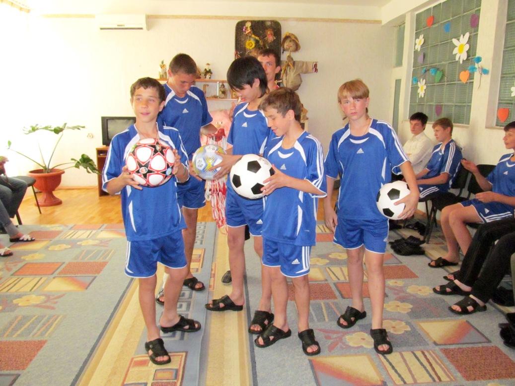 nikita-tokarchuk-ruslan-gerasimov-vasya-gorodetskyi-sasha-libenko-kiril-tokarchuk-with-new-balls-and-slippers