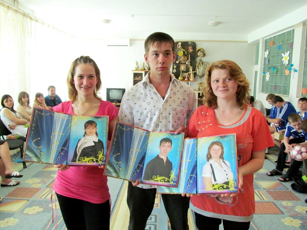 olya-kotova-misha-shenkarenko-anya-aleschenko-with-graduation-albums-a-gift-from-dniprokids-2