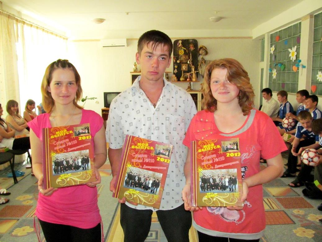 olya-kotova-misha-shenkarenko-anya-aleschenko-with-graduation-albums-a-gift-from-dniprokids