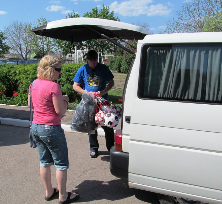 unloading-the-car-with-gifts-odinkovka-1