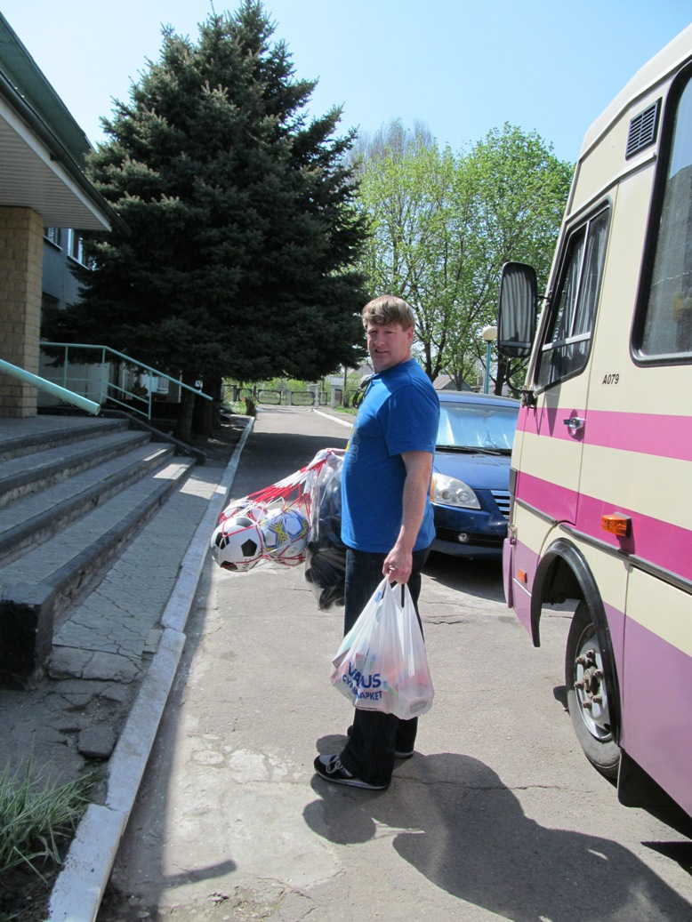 unloading-the-car-with-gifts-unloading-the-car-with-gifts-odinkovka-2