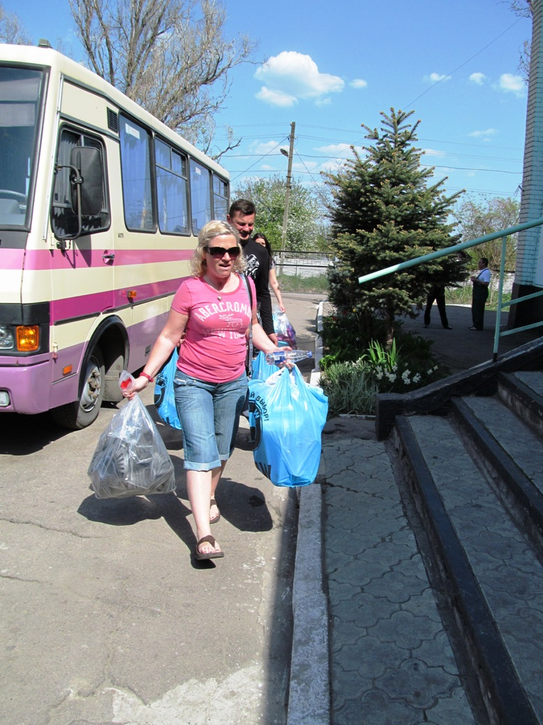 unloading-the-car-with-gifts-unloading-the-car-with-gifts-odinkovka-3