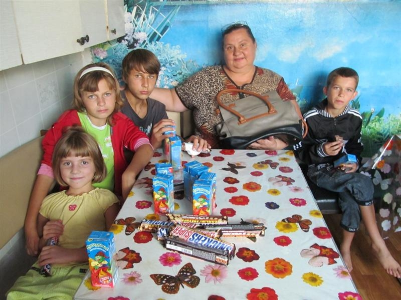 sweets-for-all-kids-and-new-purse-for-mother-ludmila-1