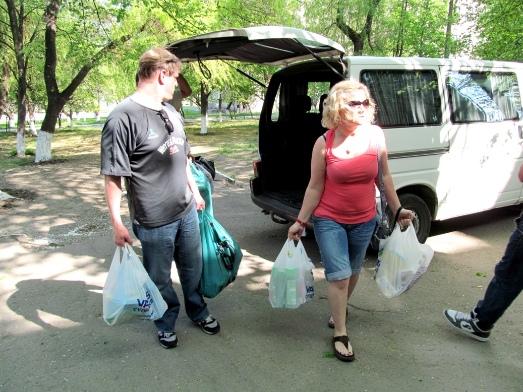 unloading-the-car-with-gifts-unloading-the-car-with-gifts-tabachnaya-cleaning-washing-supplies
