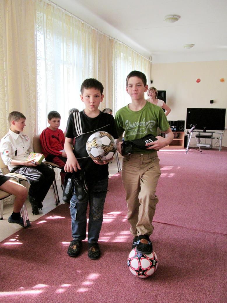 vova-fomin-roma-tkachuk-with-birthday-gifts-2
